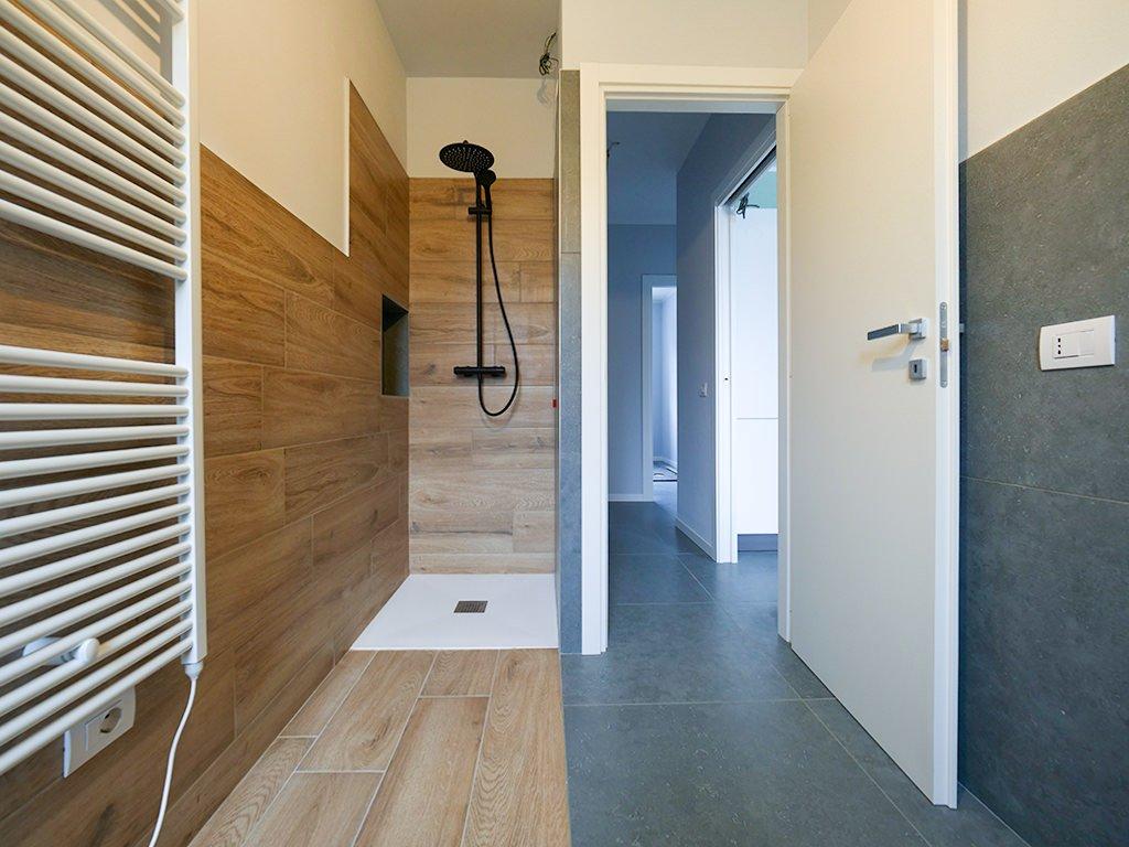 Fornitura pavimenti e rivestimenti soggiorno e bagno nuova casa privata